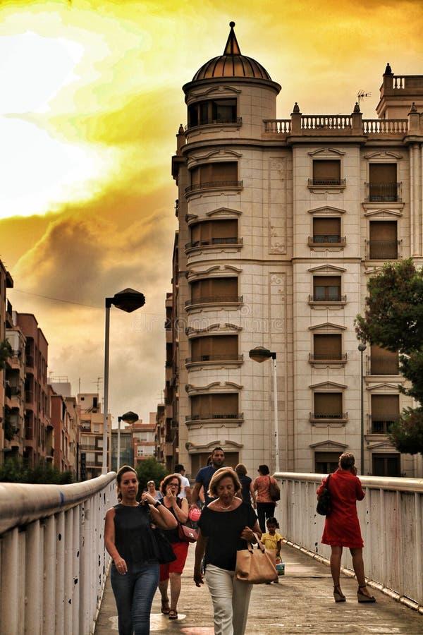 过桥梁的人们在日落在埃尔切 免版税库存图片