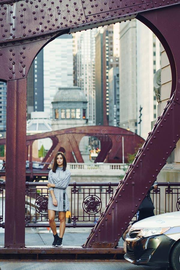 过桥梁的少女在城市 免版税库存图片