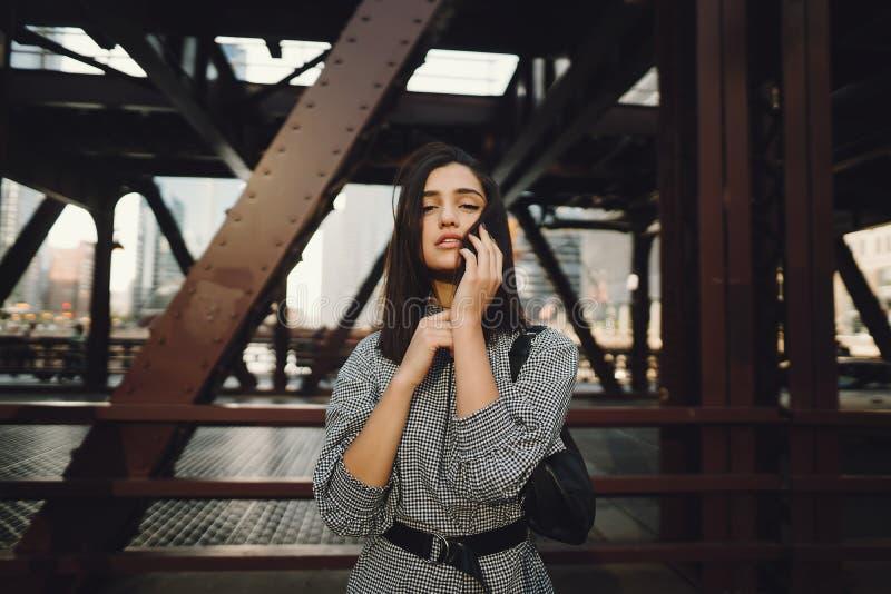 过桥梁的少女在城市 库存图片