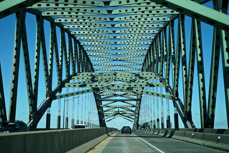 过桥梁的汽车 图库摄影