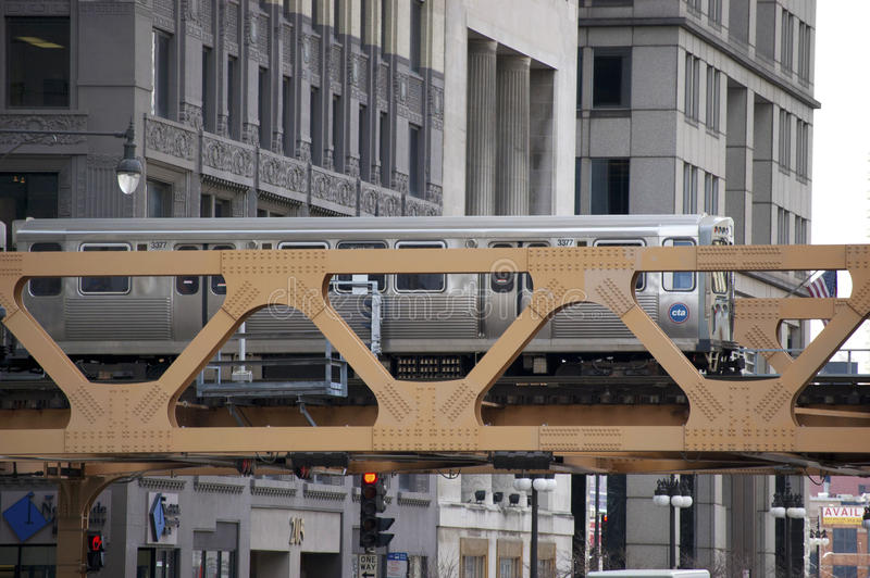 过桥梁-芝加哥, IL美国的芝加哥El火车 库存图片