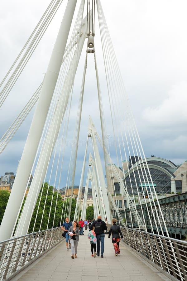 过滑铁卢桥梁的人们在伦敦英国 免版税库存照片