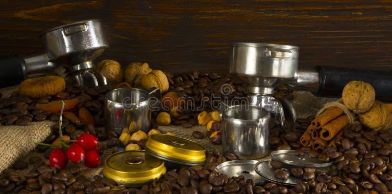 过滤专业咖啡机器持有人用被砸紧的咖啡 免版税库存照片