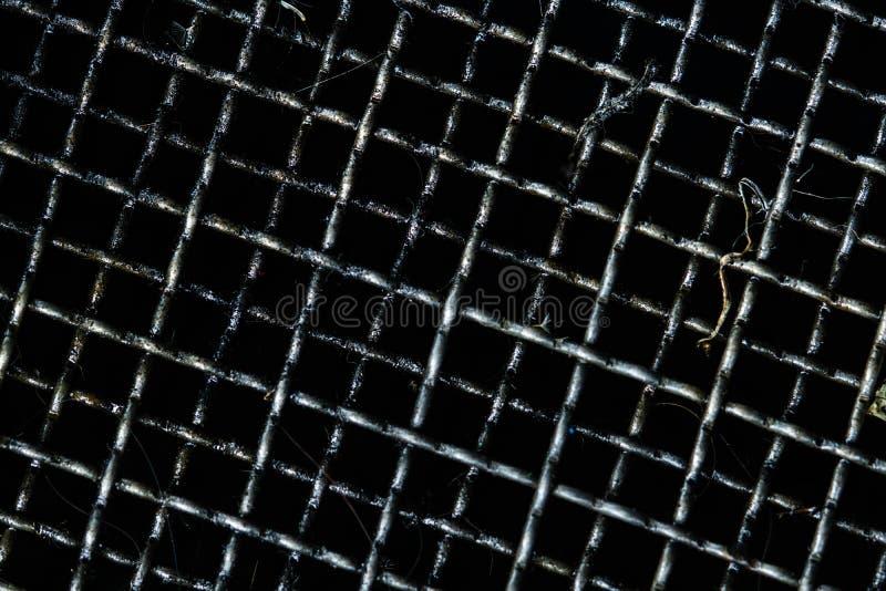 过滤器的肮脏的格栅和收集在汽车或摩托车的使用的机油 黑油或汽车流体在格栅弄脏 库存图片