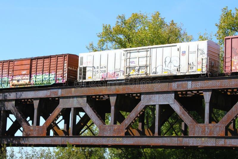 过钢铁路捆河桥梁的货车 免版税库存图片
