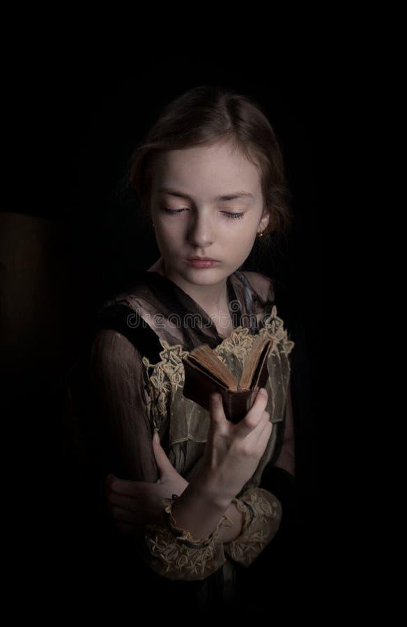 从过去时间阅读书的女孩 免版税图库摄影