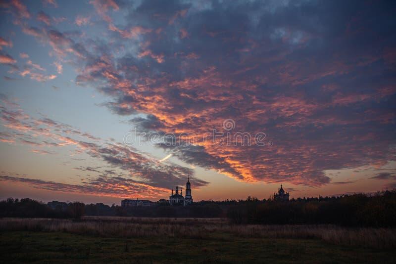 迈克尔教会的剪影在日出的天使 Mikhali村庄,苏兹达尔 库存照片