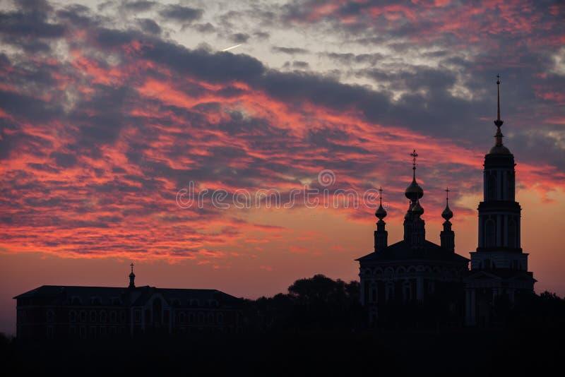 迈克尔教会的剪影在日出的天使 Mikhali村庄,苏兹达尔 库存图片