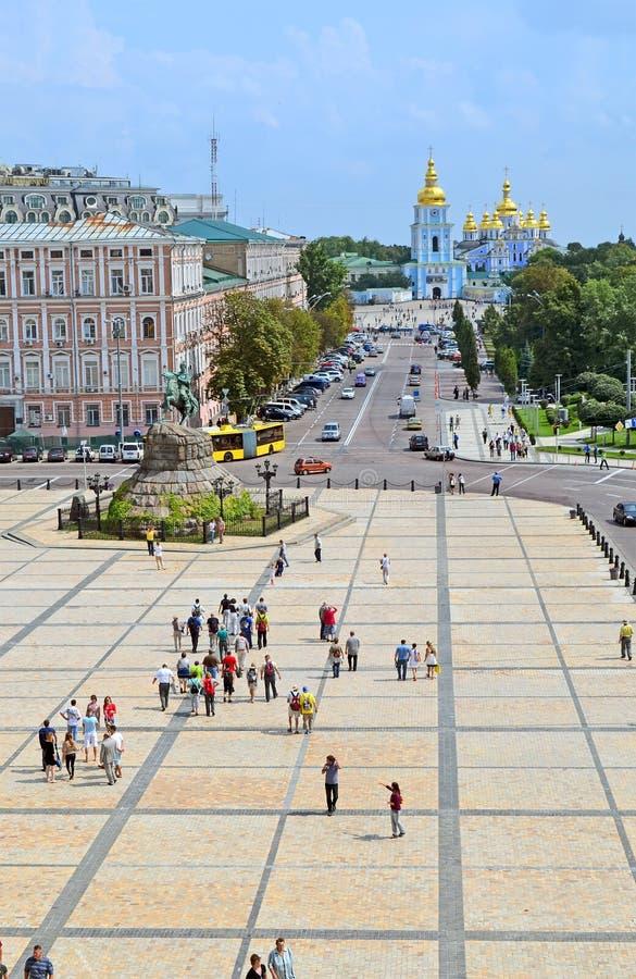 迈克尔的大教堂和波格丹赫梅利尼茨基纪念碑,基辅, 免版税库存照片