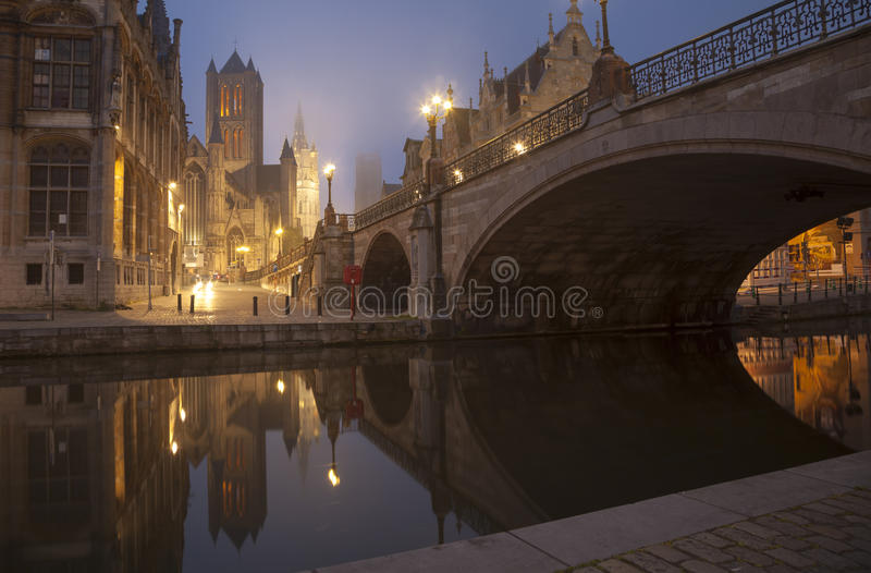 迈克尔s桥梁和绅士城市belfot雾的 库存照片