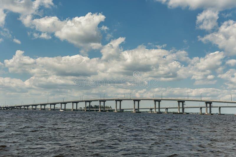 迈尔斯堡风景和都市风景与水和多云蓝天 Caloosahatchee河和桥梁 免版税库存图片
