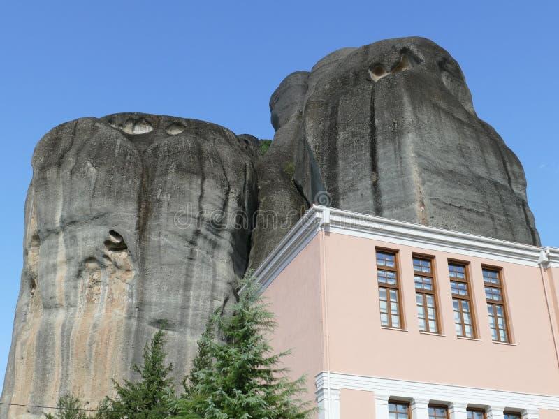迈泰奥拉岩石在希腊,有大厦的 库存照片