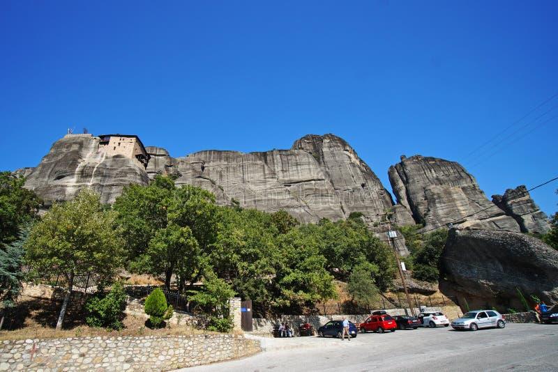 迈泰奥拉,希腊,2018年10月11日,准备好各种各样的游人参观第一个修道院,圣尼古拉斯Anapfasas,遇到 免版税库存图片