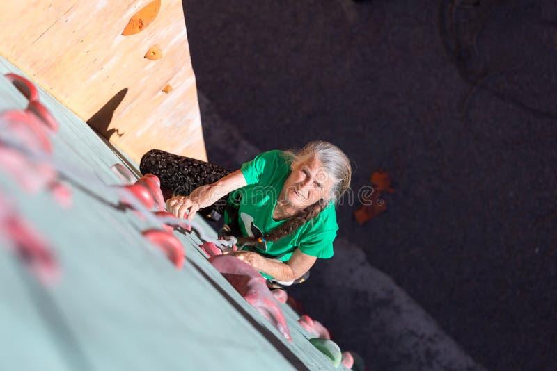 年迈的妇女上升的墙壁 免版税图库摄影