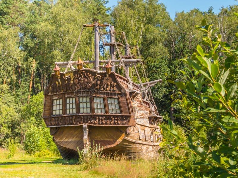 年迈的帆船岸上 免版税库存照片