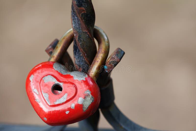年迈的挂锁 爱心脏形状设计、红色油漆金属纹理、样式和葡萄酒设计 言情标志概念 免版税库存照片