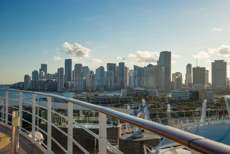 迈阿密从游轮的地平线和运输船坞与游轮上前景 库存照片