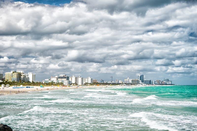 迈阿密南海滩 与摩天大楼的地平线在阴天 佛罗里达旅行 要做什么在迈阿密海滩 海滨波浪 免版税库存图片
