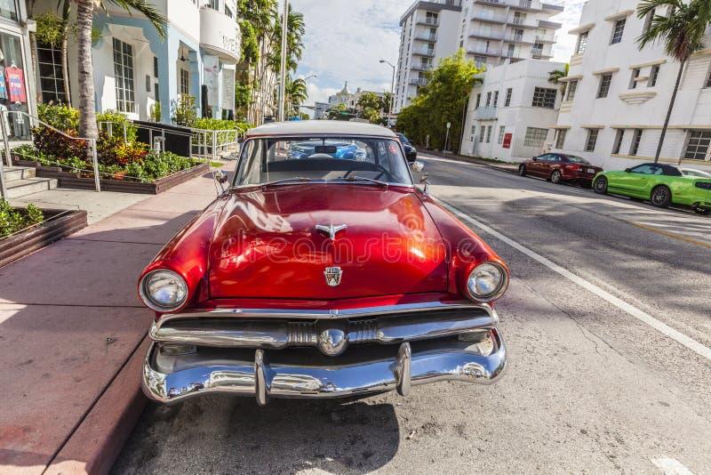迈阿密和一辆经典oldsmobile汽车的艺术装饰区 免版税库存图片
