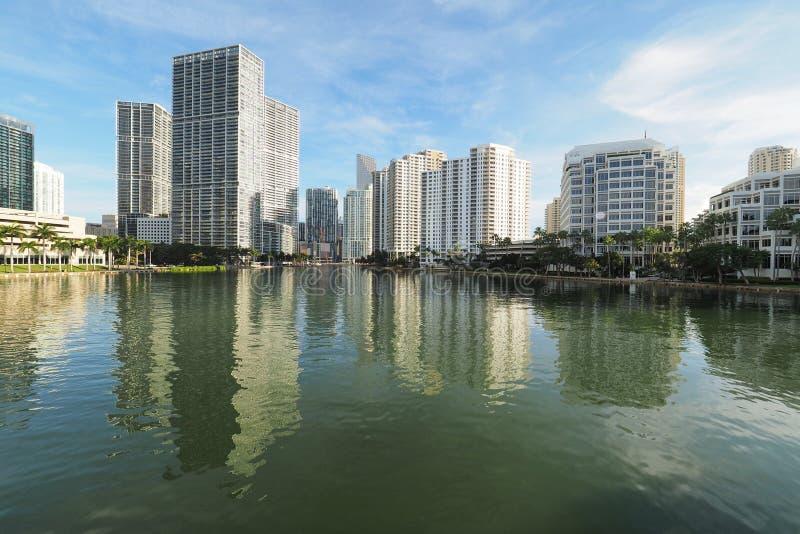 迈阿密和布里克尔钥匙和他们的反射大厦在比斯坎湾 库存图片