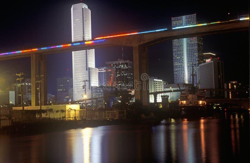 迈阿密地平线在夜、Centrust大厦和地铁路轨,迈阿密,佛罗里达之前 免版税库存图片