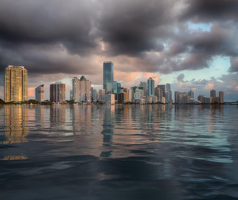 迈阿密地平线黎明视图在水中反射了 库存照片