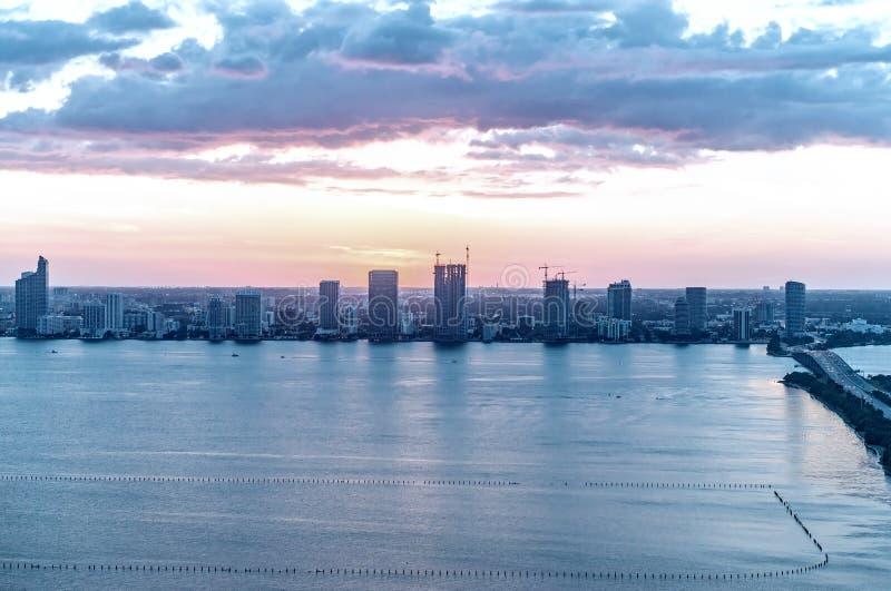 迈阿密惊人的海岸如被看见从直升机 免版税库存图片