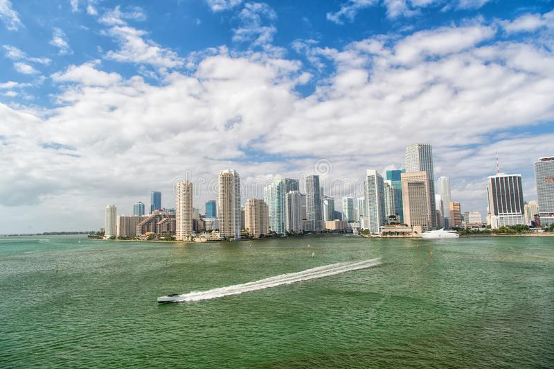 迈阿密摩天大楼鸟瞰图有蓝色多云天空的,在迈阿密街市的Frolrida旁边的白色小船航行 免版税图库摄影