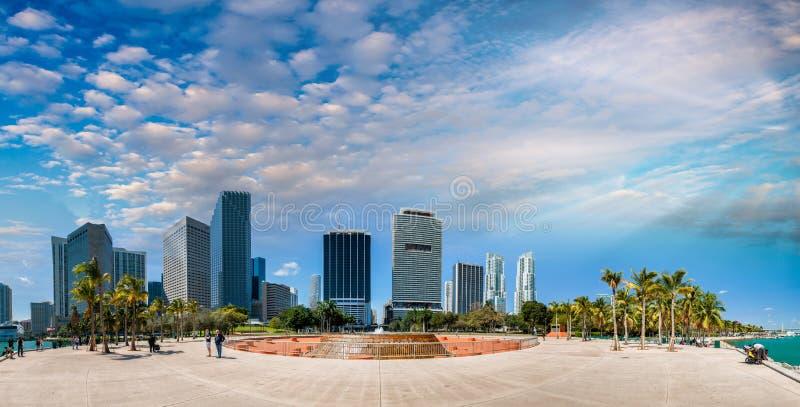迈阿密日落 Bayfront公园和美好的街市地平线 免版税库存图片