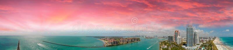 迈阿密海滩和海岸线在日落,弗洛尔惊人的鸟瞰图  库存图片