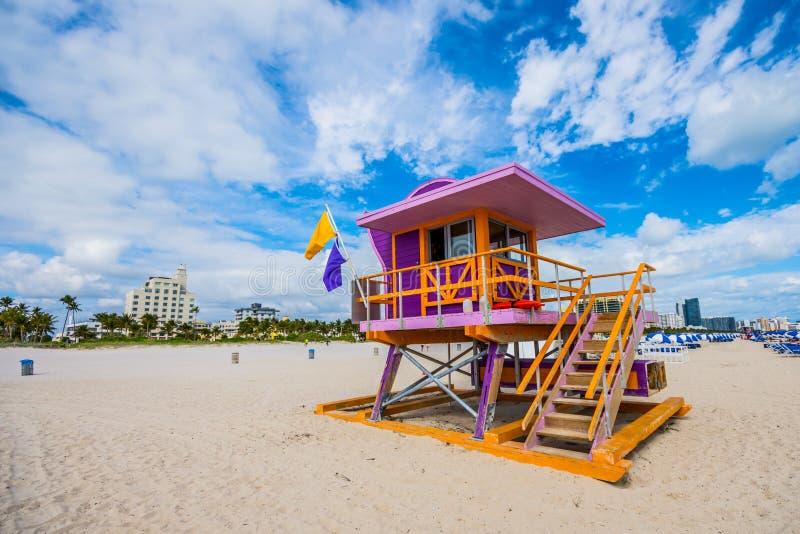 迈阿密海滩救生员立场在佛罗里达阳光下 免版税图库摄影