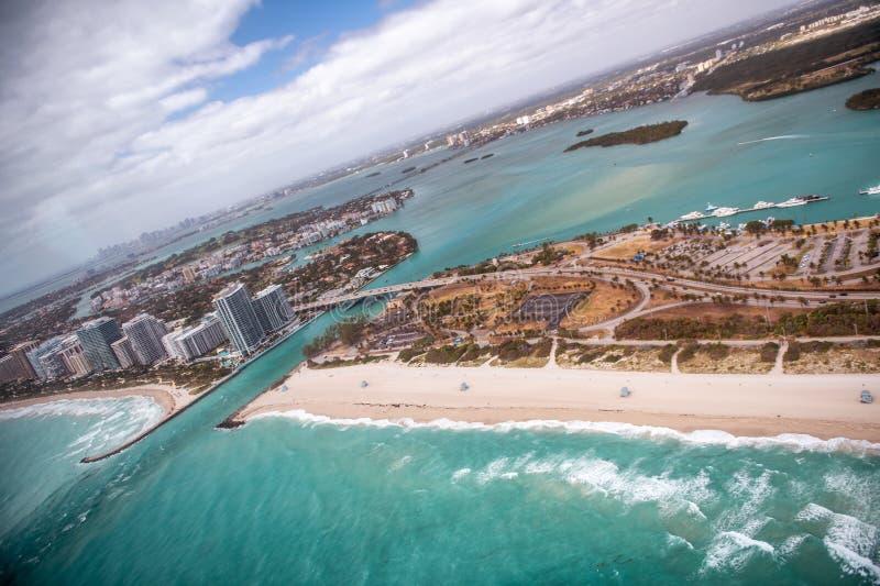 迈阿密海滩海岸线和Haulover停放如被看见从直升机 免版税库存图片