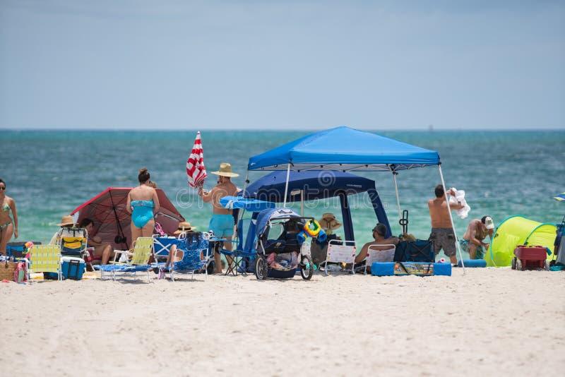 迈阿密海滩的游人 准备好一天在海滩 免版税图库摄影