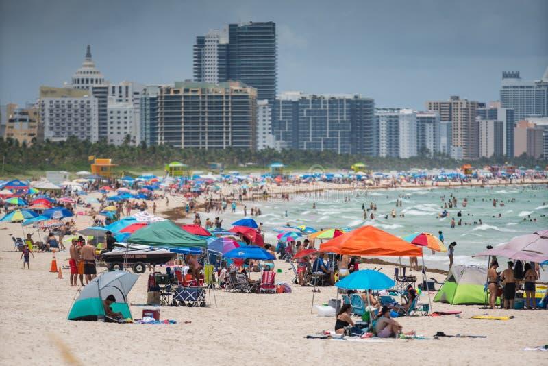 迈阿密海滩的游人 准备好一天在海滩 库存图片