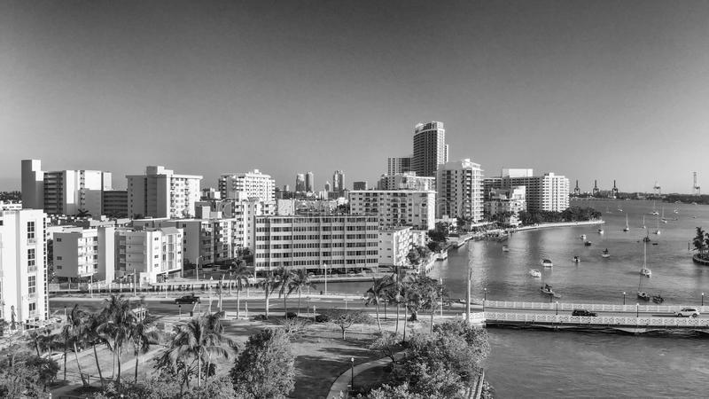 迈阿密海滩鸟瞰图和在日落的威尼斯式方式 库存图片