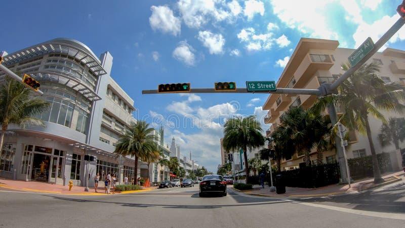 迈阿密海滩, FL - 2018年4月11日:城市街道在一个晴天 M 库存照片