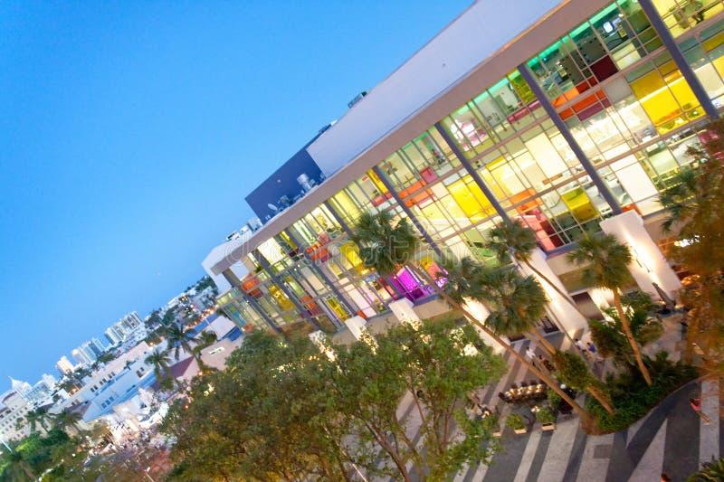 迈阿密海滩- 2018年3月30日:林肯路鸟瞰图在晚上 免版税库存照片