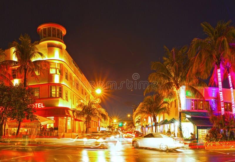 Download 迈阿密海滩佛罗里达,五颜六色的夜夏天场面 库存图片. 图片 包括有 都市风景, 海洋, 地平线, 天空, 街道 - 30327775