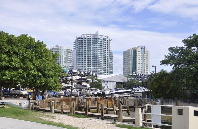 迈阿密海滩FL, 8月09th日:停放从迈阿密海滩的小船在佛罗里达美国 库存图片