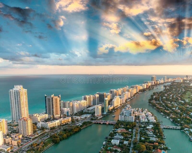 迈阿密美妙的地平线日落的,鸟瞰图 免版税库存照片