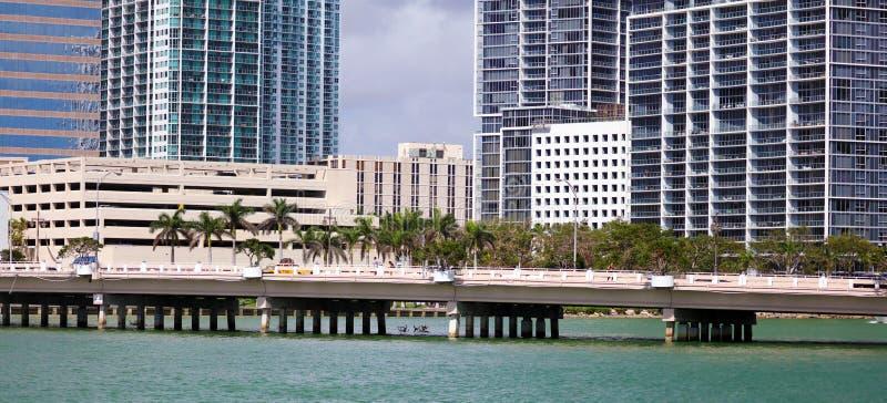 迈阿密街市地平线Brickell大厦在迈阿密河江边 库存图片