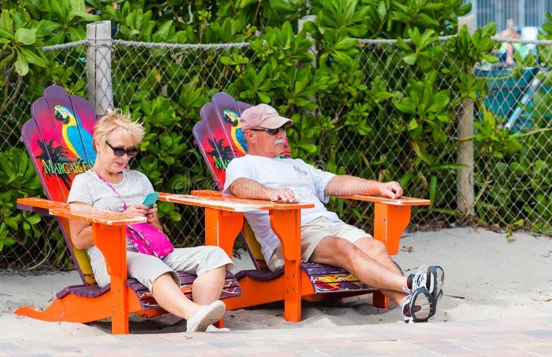 迈阿密,佛罗里达- 2018年1月21日:坐在海滩睡椅的年长夫妇 户外重点有选择性的射击 库存照片