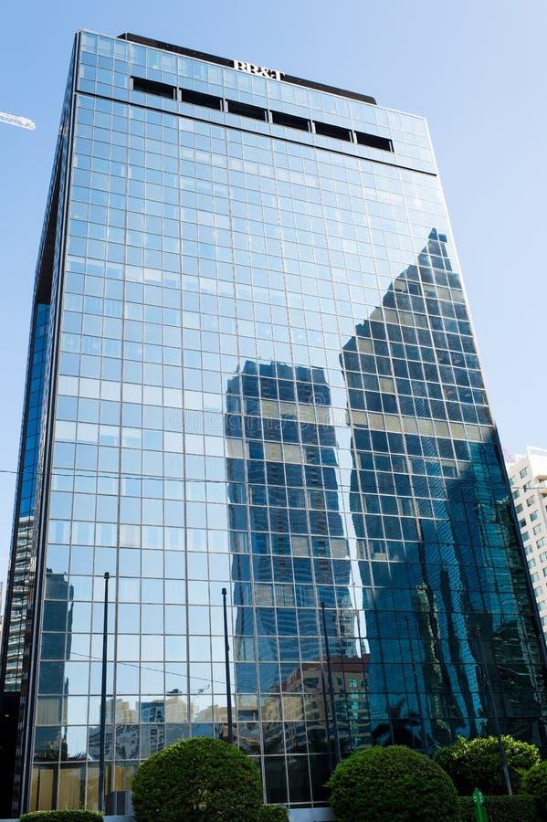 迈阿密,美国- 2015年10月30日:与玻璃门面的摩天大楼大厦在蓝天 建筑学和设计 商业财产或 免版税库存照片
