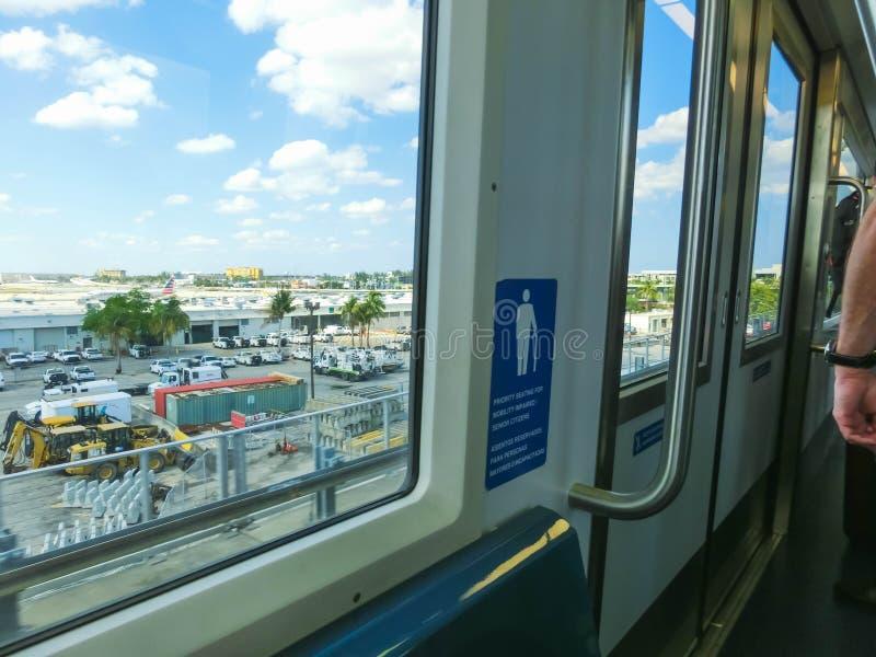 迈阿密,美国- 2018年4月29日:天空火车在迈亚密国际机场在迈阿密,美国 Skytrain开始搭载乘客 免版税图库摄影