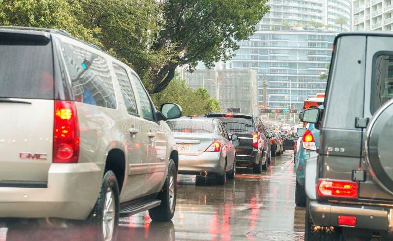 迈阿密, FL - 2016年2月23日:在一个多雨下午的城市交通 库存图片