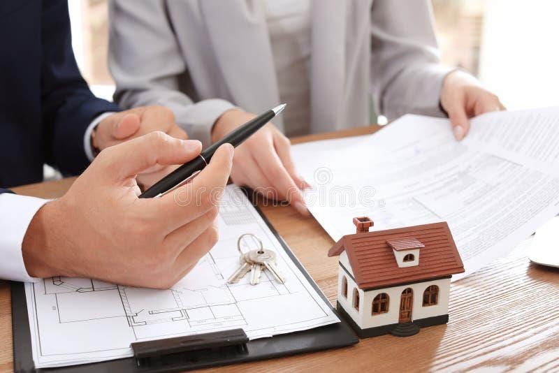 运作与客户的房地产开发商在办公室 免版税库存照片