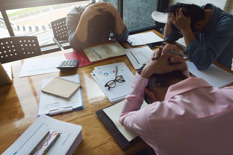 运作办公室的企业和财务的概念,商人从与新的项目错过的最后期限的工作坚硬和重音尝试了  免版税图库摄影