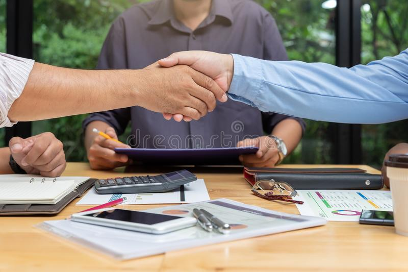 运作办公室的企业和财务的概念,握手的商人配合在办公室 免版税库存图片