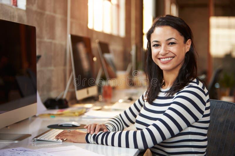 运作在书桌的女性设计师画象在现代办公室 库存照片