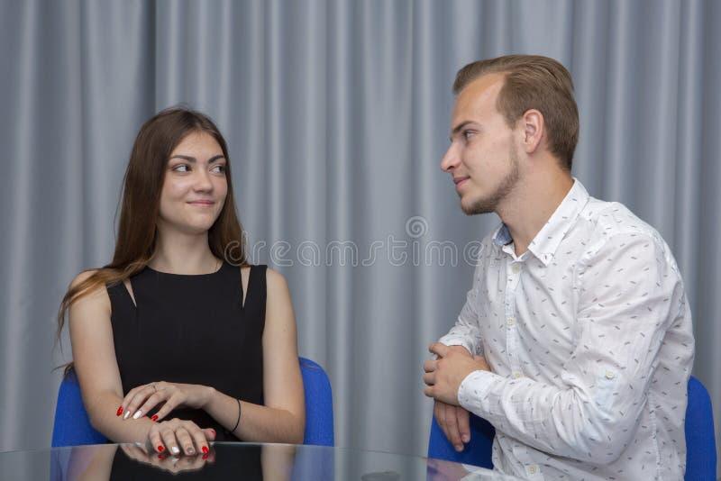 运作在办公室的创造性的夫妇计划新的企业想法 库存照片